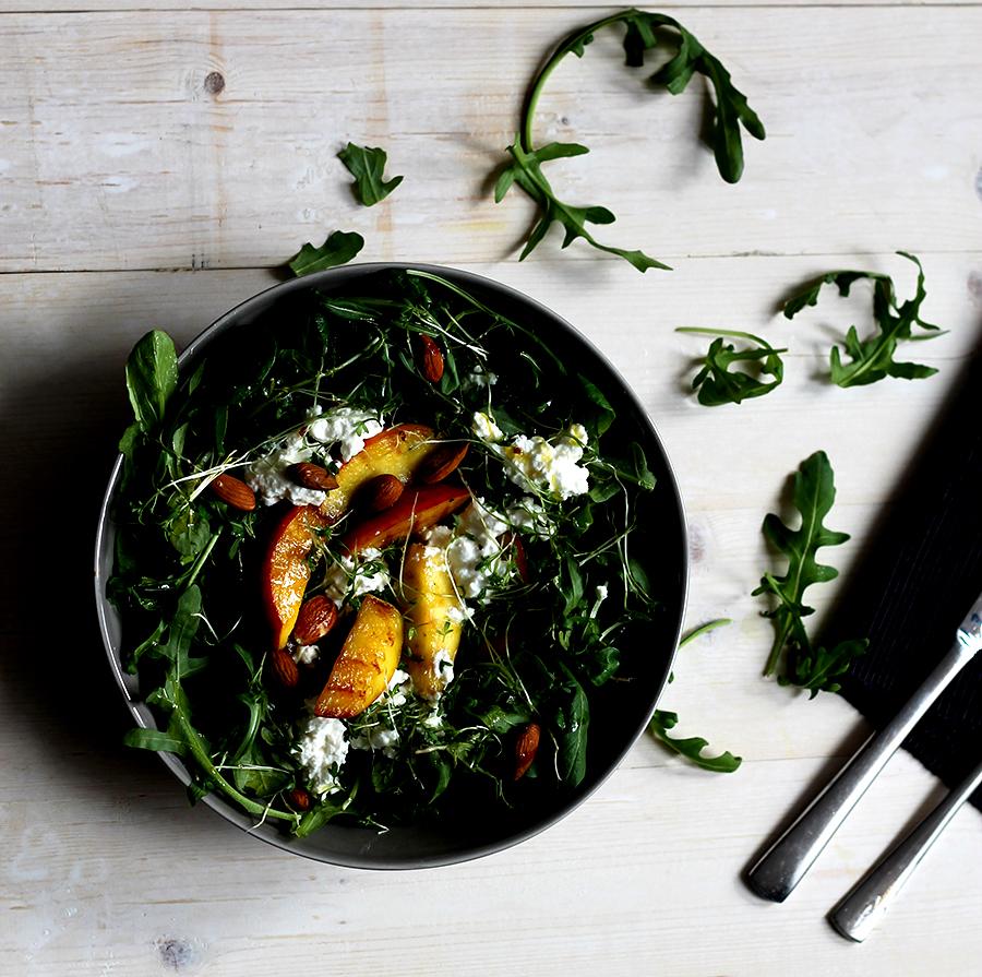 Salade met gegrilde perzik en huttenkase, gezonde salade, healthy salad
