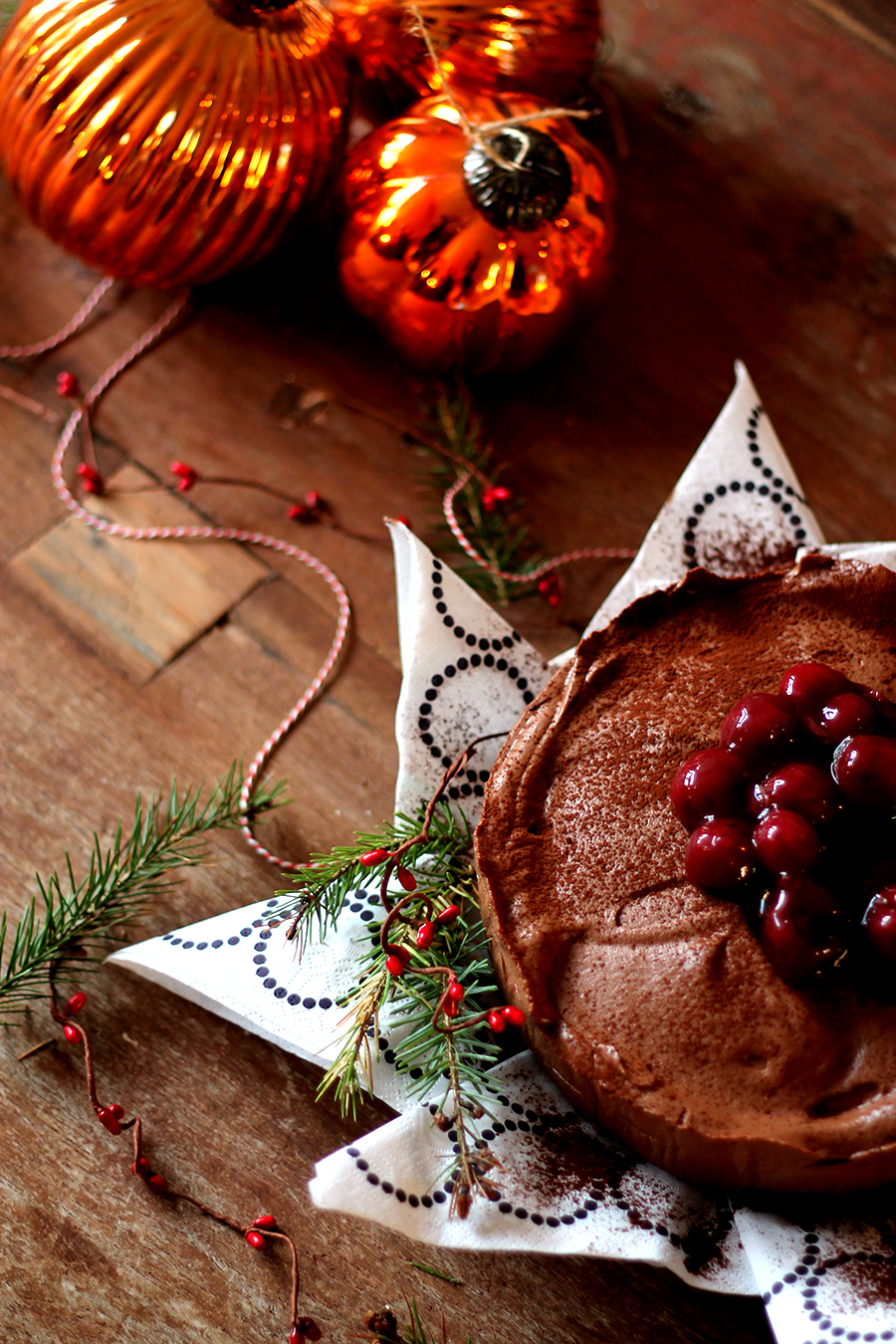 Kerstdessert, kerstoetje, Toetje met kerst, Chocoladetaart. Chocolade truffeltaart