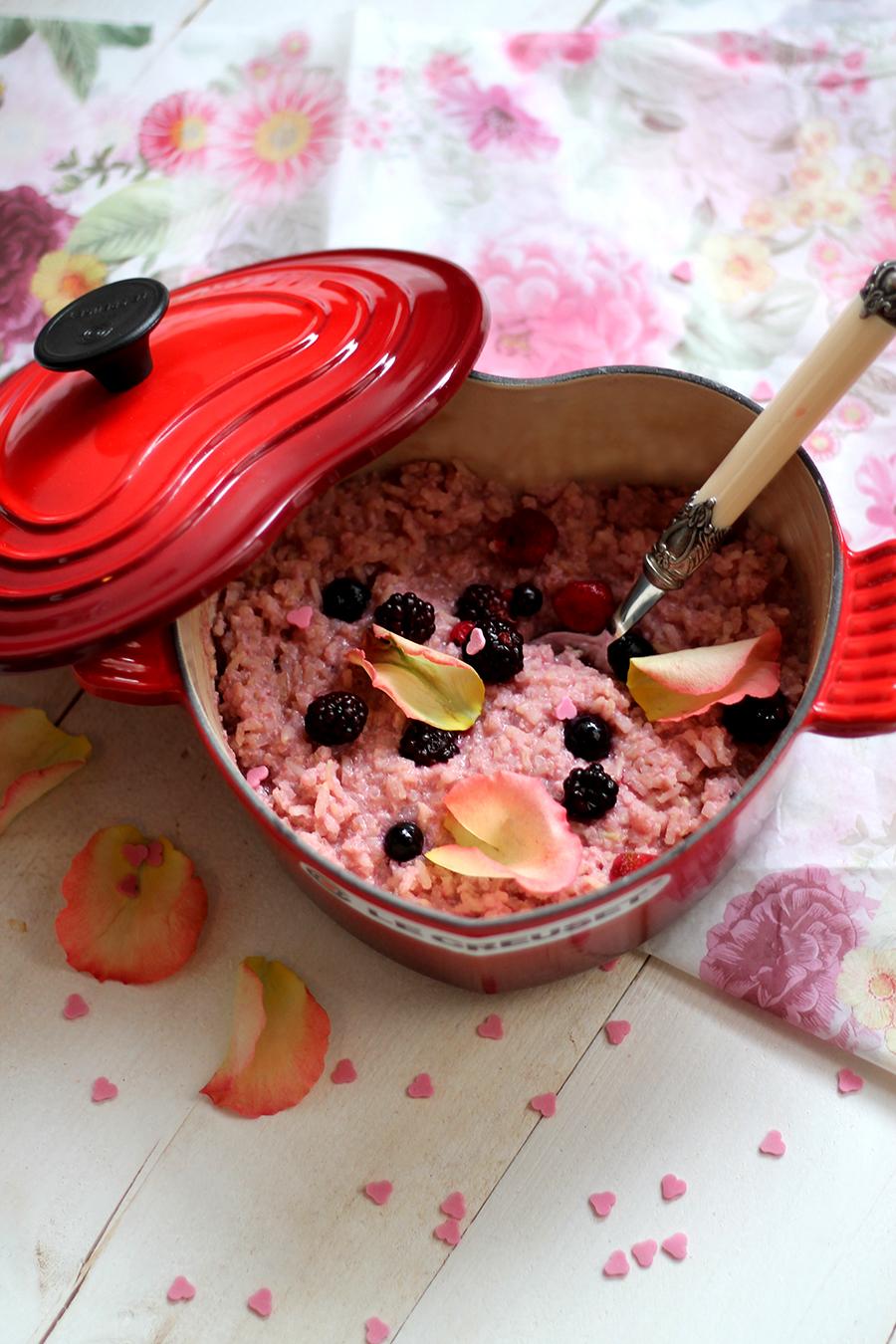 Valentijnsontbijt: Roze bosvruchten rijstpap