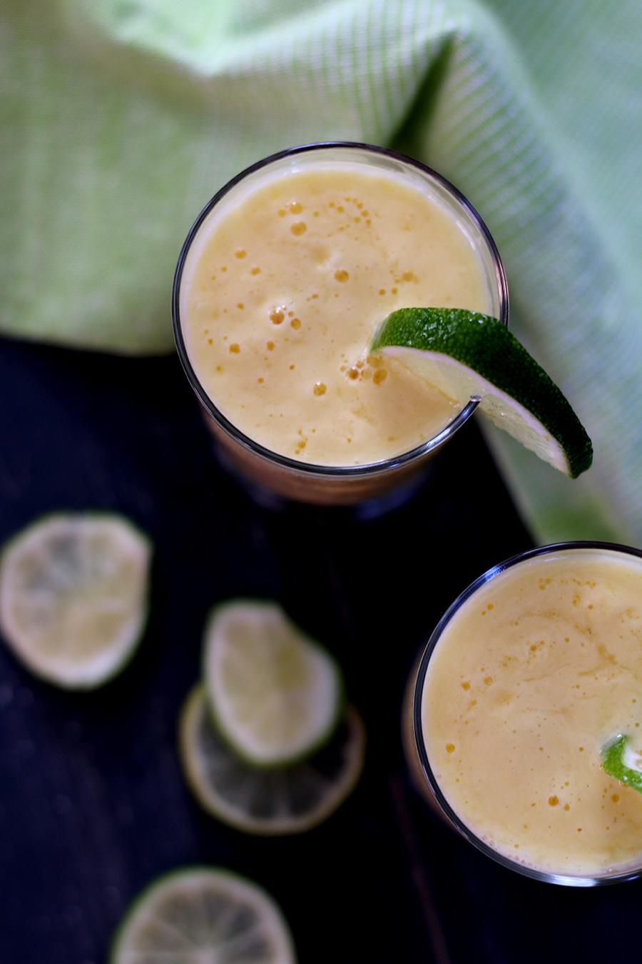 Gezond zomerdrankje: smoothie van mango, limoen en sinaasappel