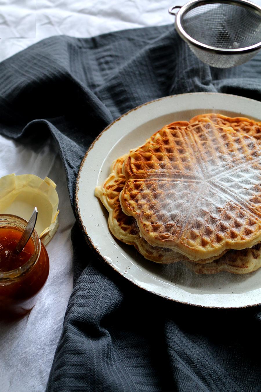 Zondagsbrunch: traditionele wafels met poedersuiker en mirabelle