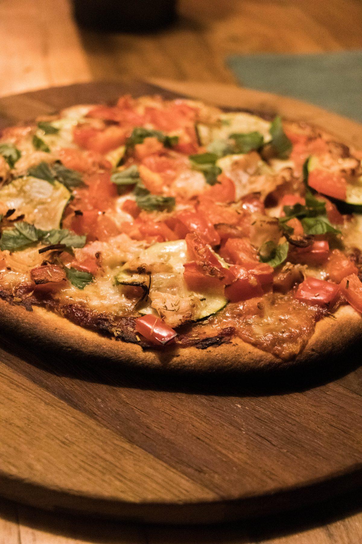 Bloemkoolpizzabodem met buffelmozzarella, paprika en verse basilicum
