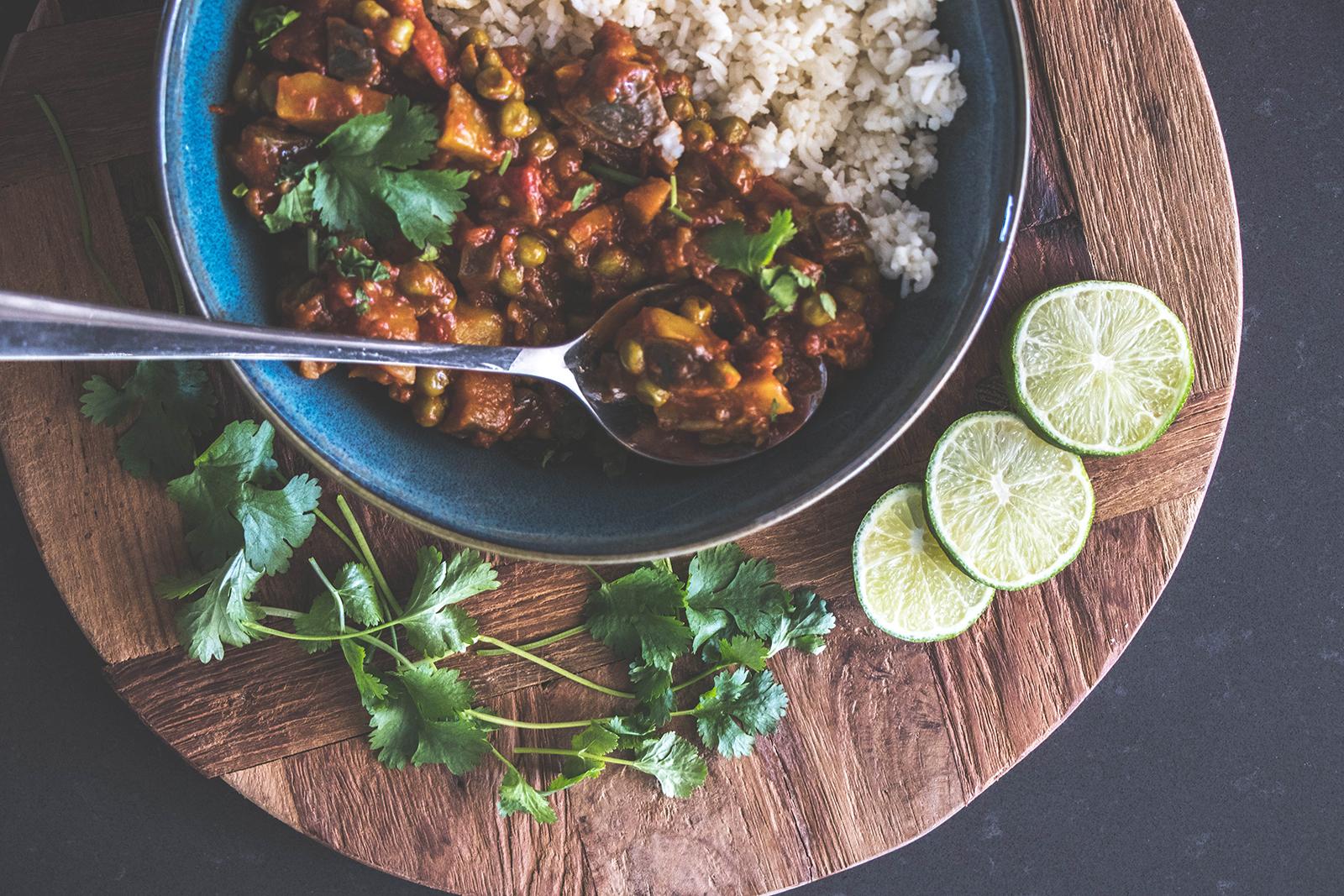 Indiase aubergine curry met erwten en boterrijst