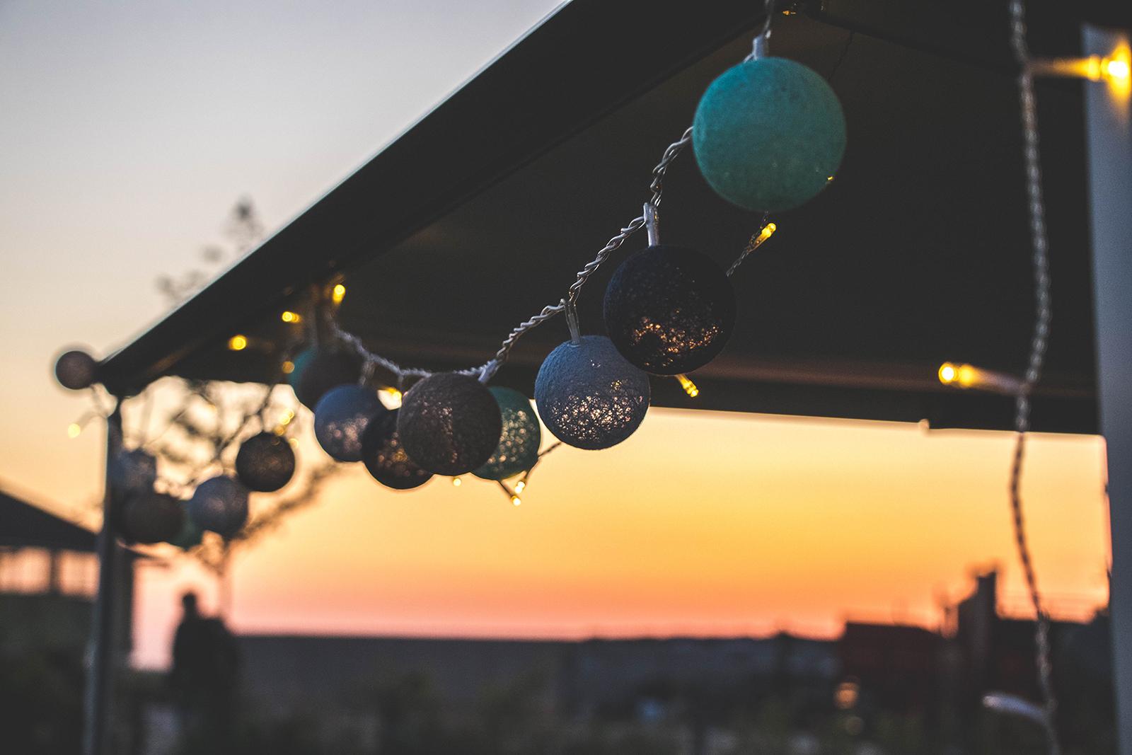 Lampjes ophangen met kamperen