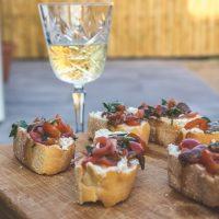 Crostini's maken: ansjovis, tomaat, rozemarijn